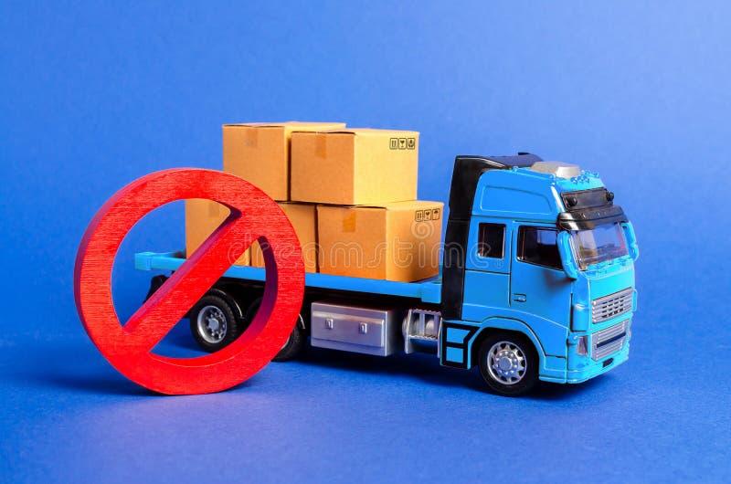 Um caminhão azul carregado com as caixas e um símbolo vermelho NÃO Guerras comerciais do embargo Limitação na importação, proibiç fotografia de stock royalty free