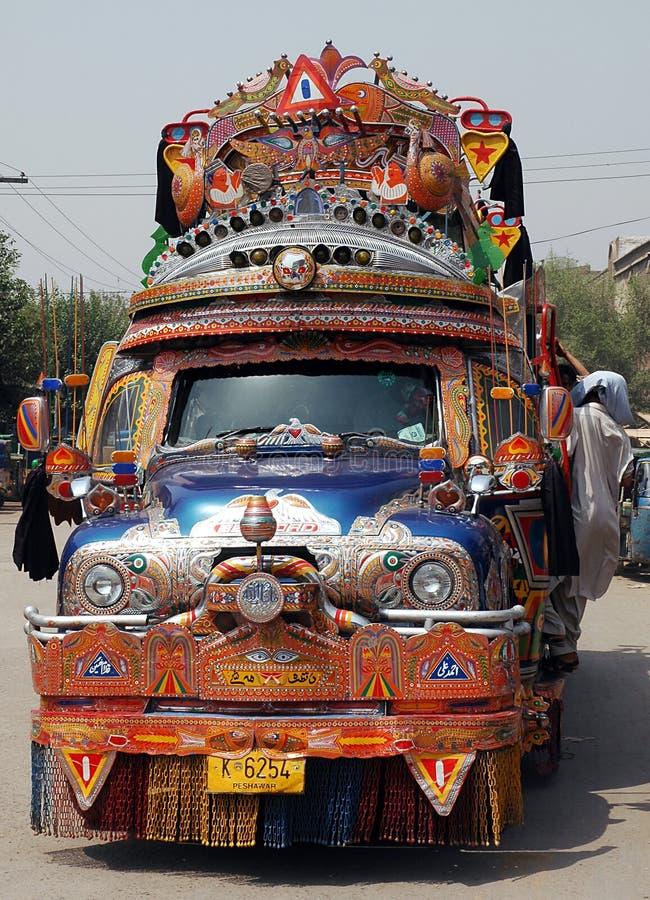 Um caminhão colorido Bedford usado como ônibus em Peshawar, Paquistão imagem de stock royalty free