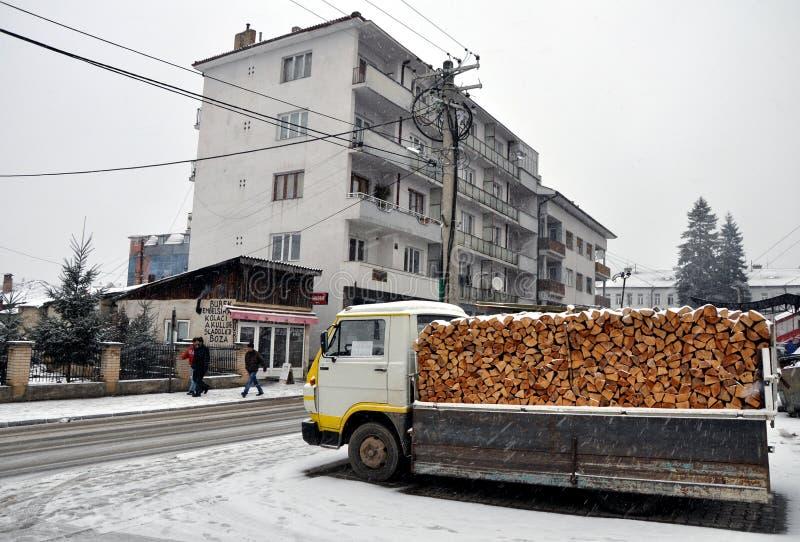 Um caminhão com a lenha pronta para a venda fotografia de stock