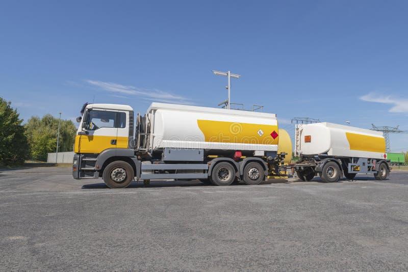 Um caminhão de petroleiro foto de stock