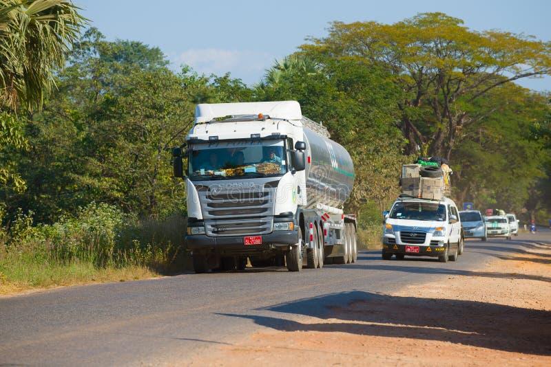 Um caminhão de petroleiro com Scania G410 em uma estrada myanmar imagens de stock