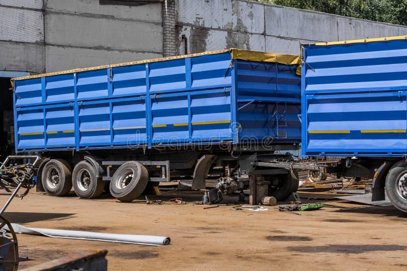 Um caminhão de reboque azul está sendo reparado em uma estação do serviço fotos de stock royalty free