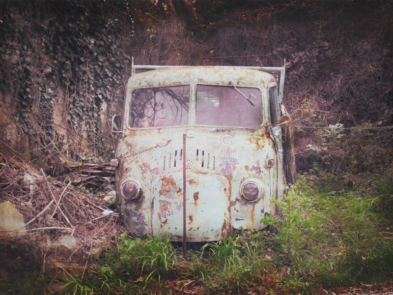Um caminhão pequeno abandonado velho fotos de stock royalty free
