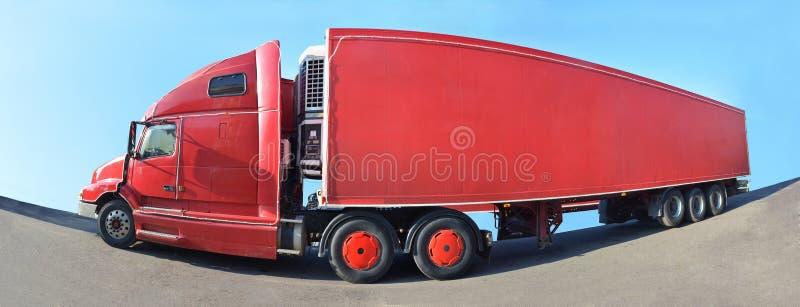 Um caminhão vermelho grande está no asfalto fotos de stock