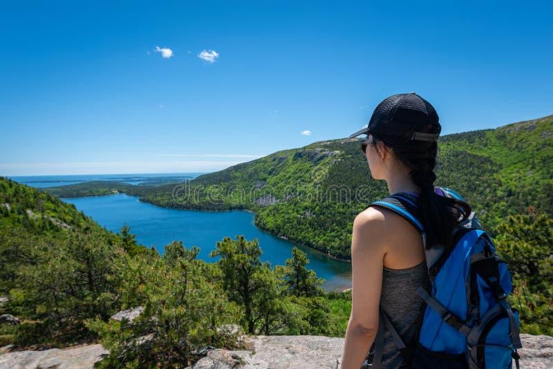 Um caminhante fêmea que aprecia a opinião Jordan Pond foto de stock royalty free