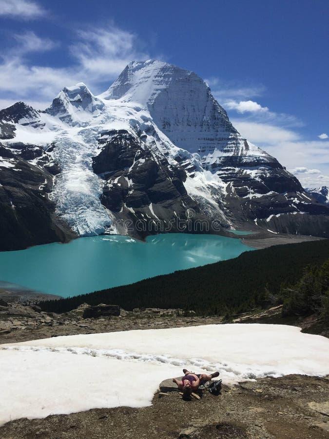 Um caminhante novo esgotado de uma caminhada longa, mas a vista da icebergue L imagens de stock royalty free