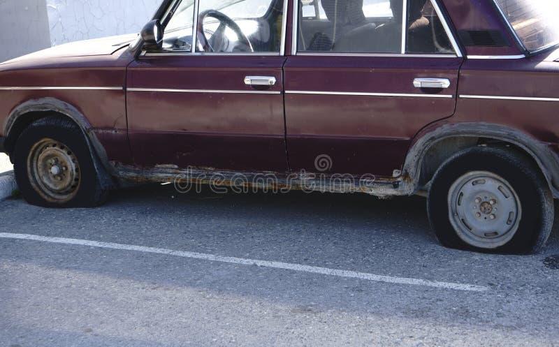 Um camionete oxidado e mofado está caindo distante ao lado de um celeiro imagens de stock