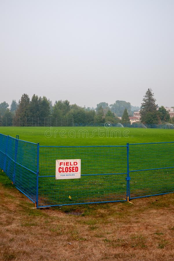Um campo de futebol é molhado durante uma seca fotos de stock