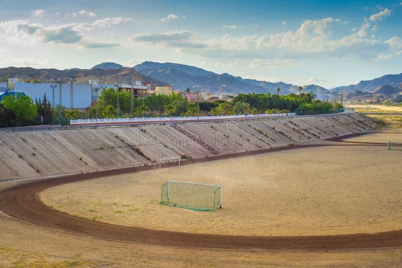 Um campo de futebol na montanha s no fundo do tha imagem de stock royalty free