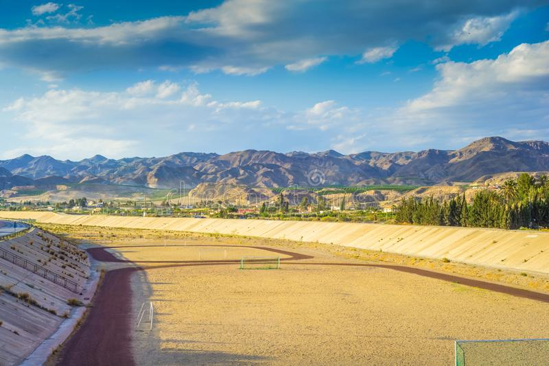 Um campo de futebol na montanha s no fundo do tha imagens de stock royalty free