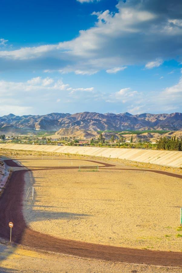 Um campo de futebol na montanha s no fundo do tha foto de stock royalty free