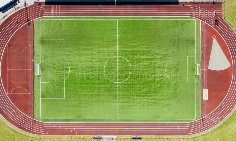 Um campo de futebol real, campo de futebol Grama verde Gramado listrado verde Marcações brancas na grama, pista de atletismo para imagem de stock royalty free