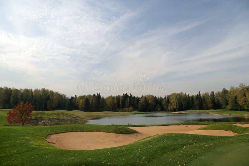 Um campo de golfe com estradas, depósitos e lagoas imagens de stock royalty free