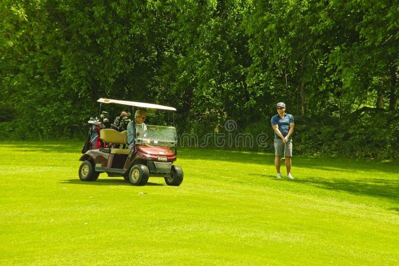 Um campo de golfe em um dia ensolarado imagens de stock royalty free