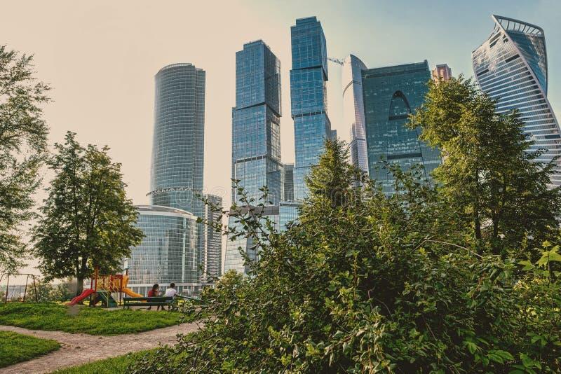Um campo de jogos em um centro da cidade contra um complexo dos arranha-céus imagem de stock