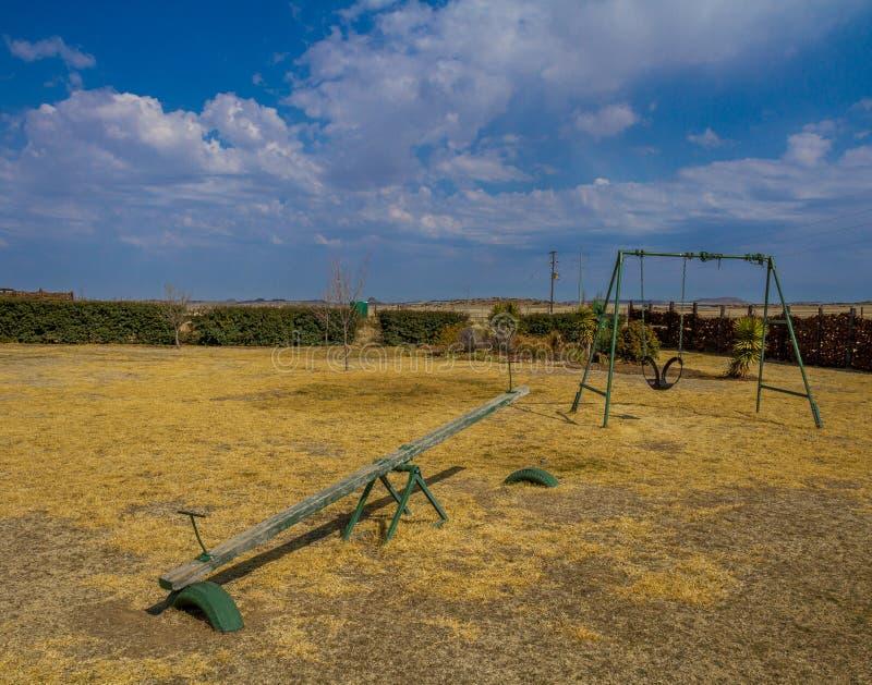 Um campo de jogos vazio contra um céu azul fotografia de stock