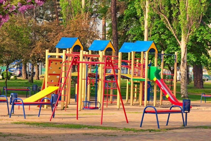 Um campo de jogos vazio do ` s das crianças está esperando crianças imagem de stock royalty free
