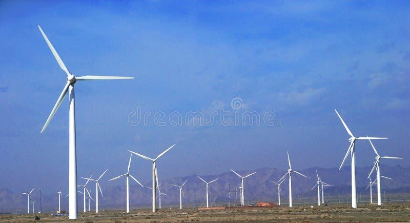 um campo de turbinas de vento fotos de stock royalty free