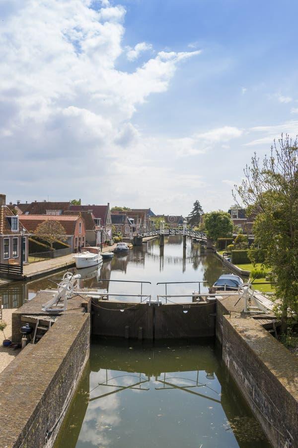 Um canal com fechamento em uma cidade histórica no distrito do lado do lago dos Países Baixos imagens de stock royalty free