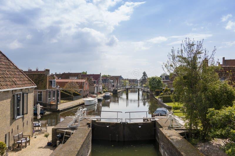 Um canal com fechamento em uma cidade hist?rica no distrito do lado do lago dos Pa?ses Baixos foto de stock royalty free