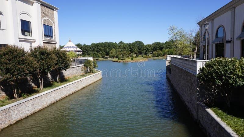 Um canal da cidade em Huntsville imagens de stock