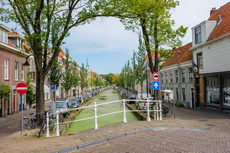 Um canal velho histórico bonito no centro da louça de Delft, Países Baixos imagens de stock