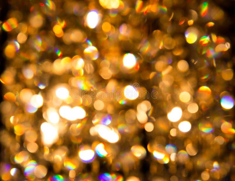 Um candelabro de cristal brilha com luz dourada fotos de stock royalty free