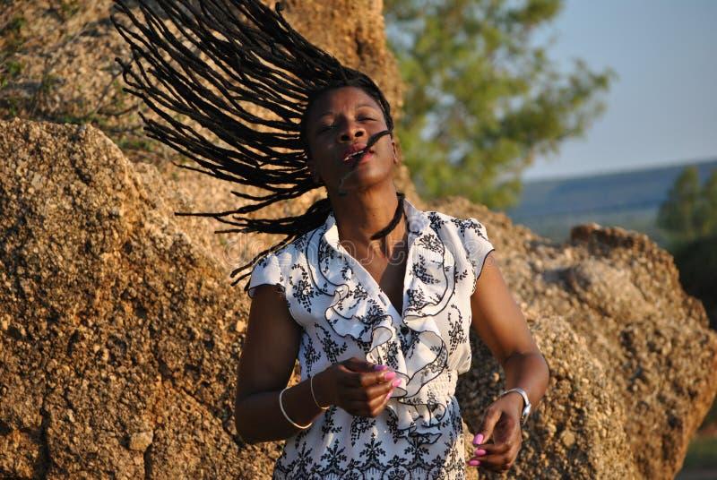 Um cant da mulher apenas obtém bastante de seus dreadlocks bonitos imagem de stock royalty free