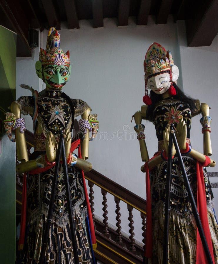 Um caráter dos pares de Wayang Golek como a mostra de fantoche tradicional em Indonésia fotos de stock