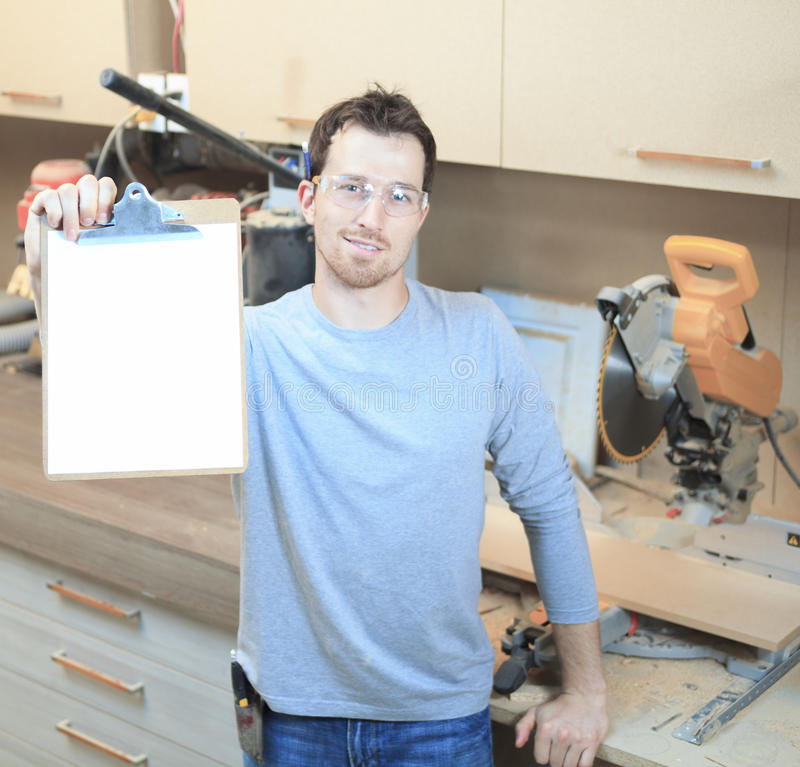Um carpinteiro que trabalha duramente na loja fotos de stock
