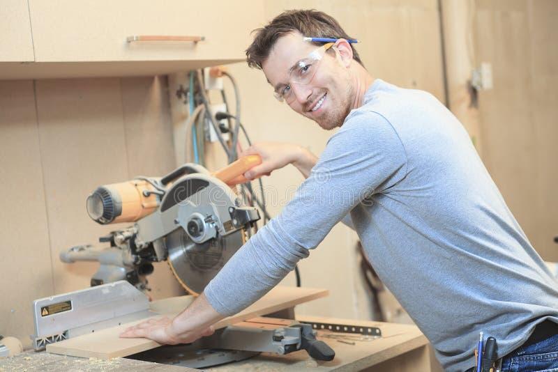 Um carpinteiro que trabalha duramente na oficina imagens de stock