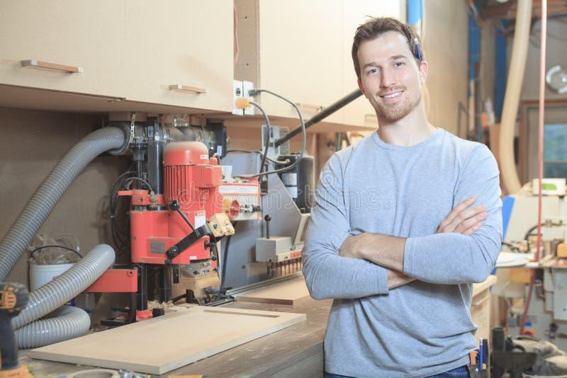 Um carpinteiro que trabalha duramente na oficina imagem de stock royalty free