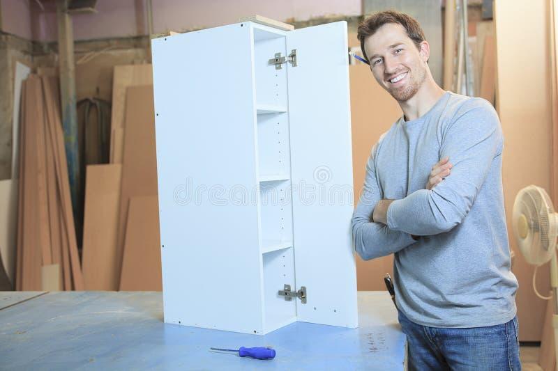 Um carpinteiro que trabalha duramente na oficina imagem de stock