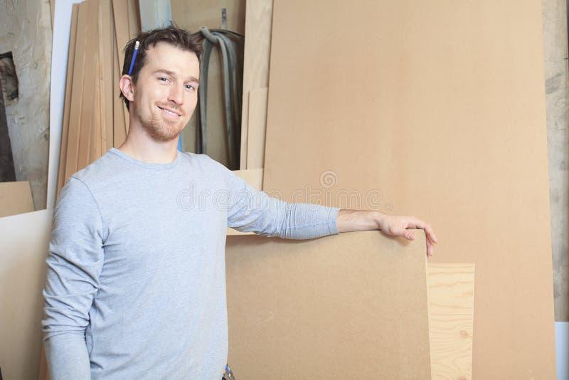 Um carpinteiro que trabalha duramente na oficina fotos de stock royalty free