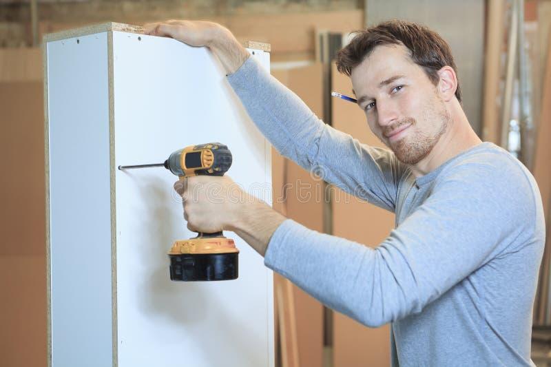 Um carpinteiro que trabalha duramente na oficina fotos de stock