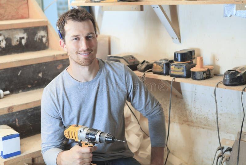 Um carpinteiro que trabalha duramente no worksop foto de stock