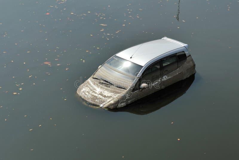 Um carro da inundação no lote de estacionamento em Banguecoque imagens de stock royalty free
