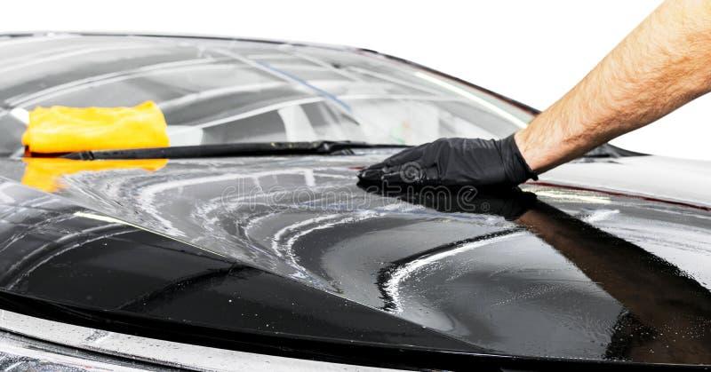 Um carro da limpeza do homem com pano do microfiber Conceito de detalhe ou valeting do carro Foco seletivo Detalhe do carro Limpe imagens de stock