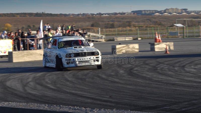 Um carro de competência da tração na ação com os pneus de fumo na mostra foto de stock royalty free
