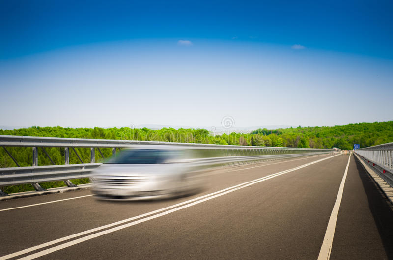 Um carro de pressa em uma estrada imagem de stock