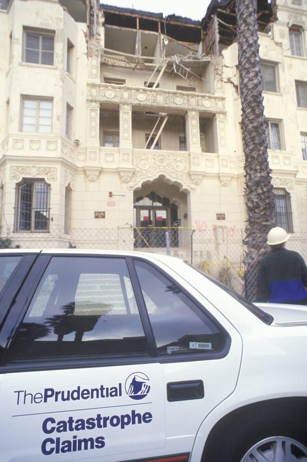 Um carro de prudência do seguro fora de um prédio de apartamentos velho em Santa Monica que foi condenada após o earthquak de Nor fotografia de stock