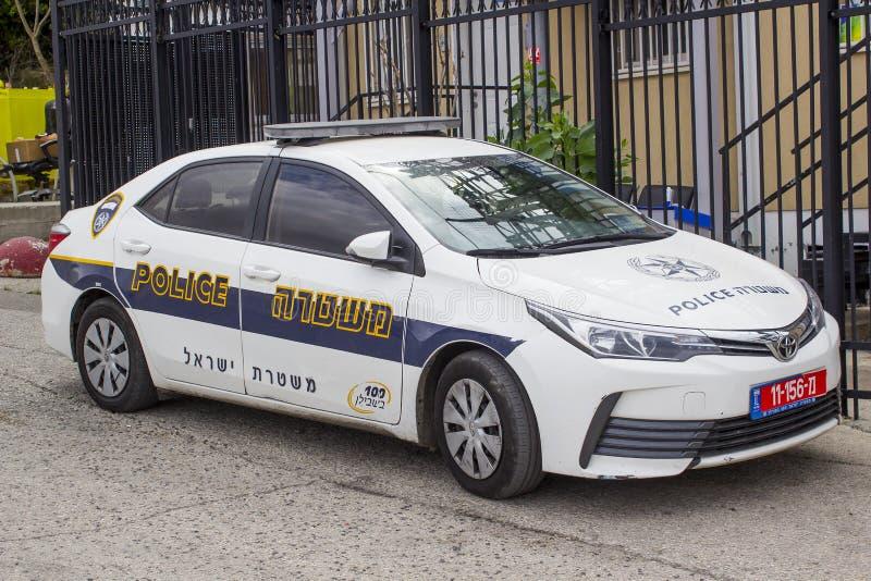Um carro de Toyota Corolla na força policial com olá! libré da visibilidade estacionou fora de uma delegacia no Monte das Oliveir fotografia de stock royalty free