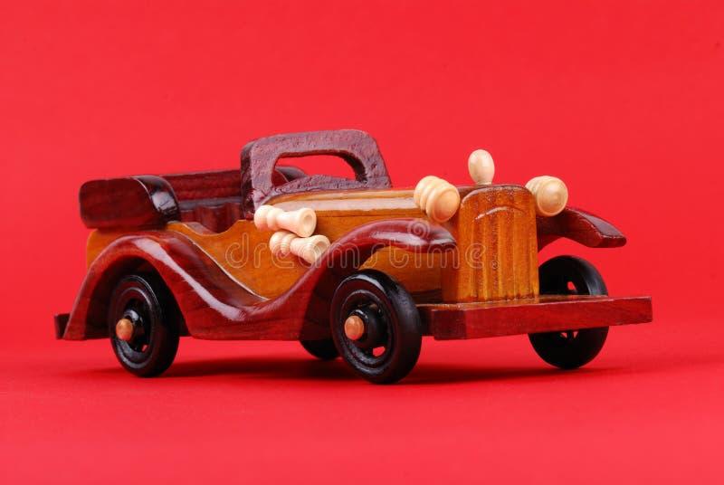 Um carro do brinquedo feito da madeira imagens de stock