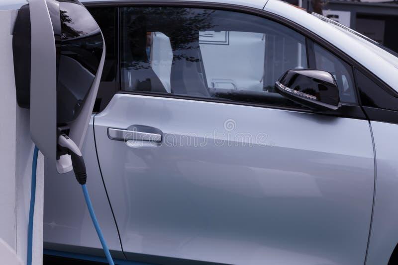 Um carro elétrico obstruído dentro para recarregar as baterias imagem de stock