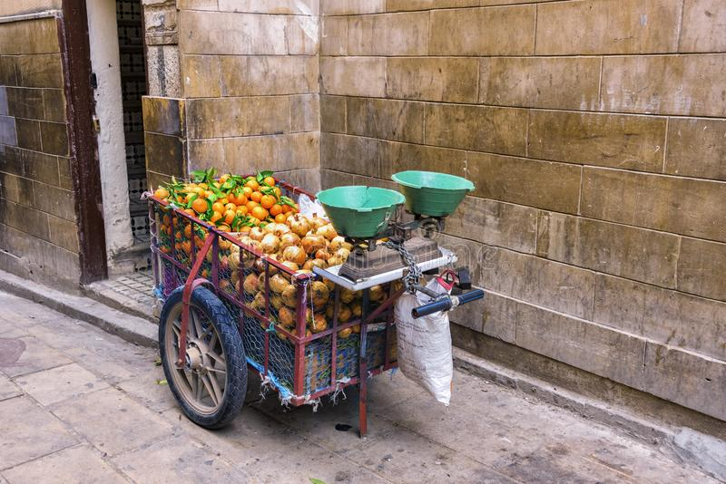 Um carro por um vendedor marroquino do fruto da rua equipado imagens de stock royalty free
