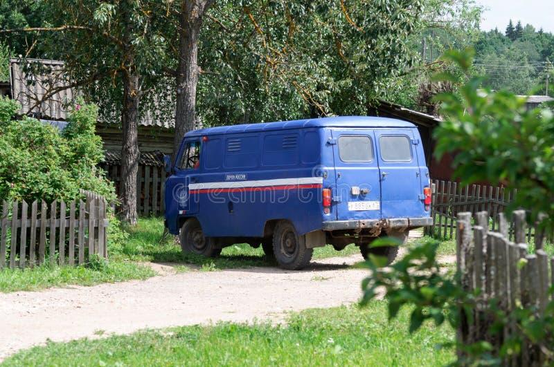 Um carro postal de Rússia está em uma estrada de terra em áreas rurais imagem de stock royalty free