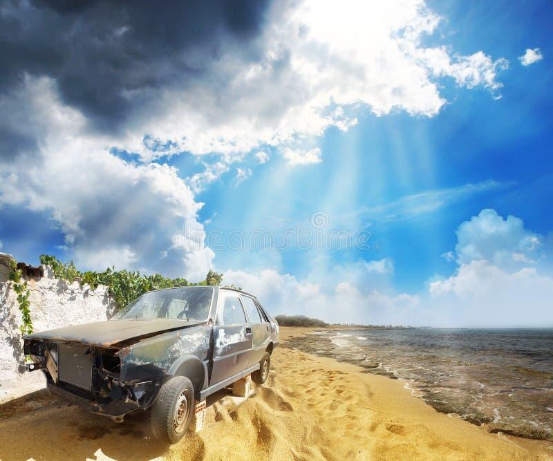 Um carro quebrado velho na praia imagens de stock royalty free