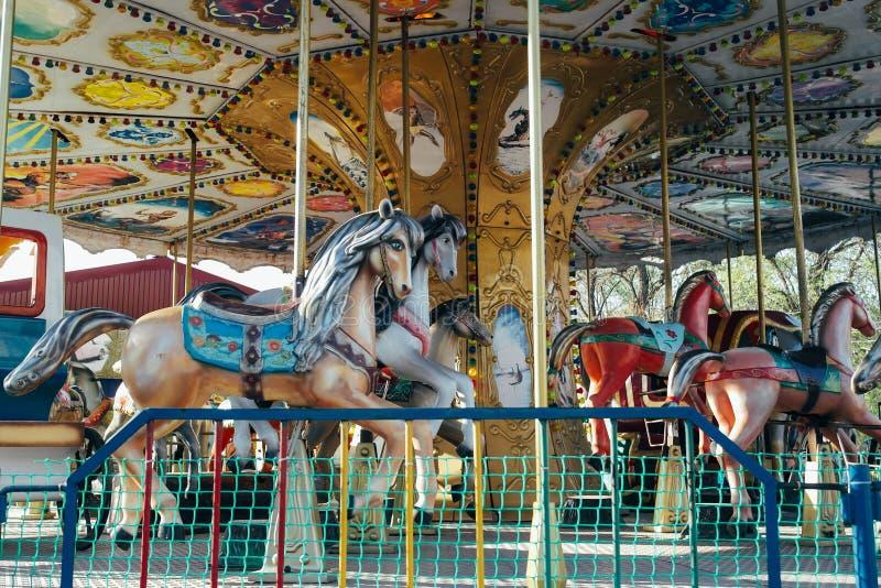 Um carrossel em um parque de diversões fotografia de stock