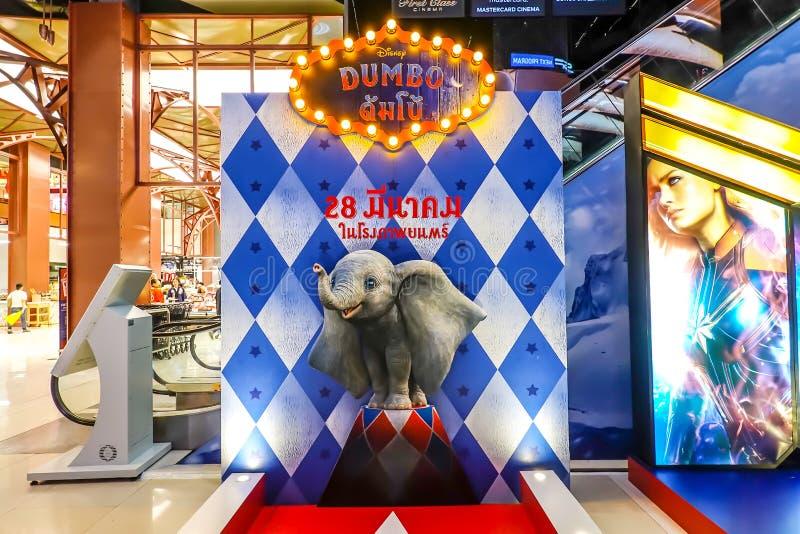 Um cartão bonito da pessoa de pé de um filme chamou a exposição de Dumbo no cinema para promover o filme imagem de stock