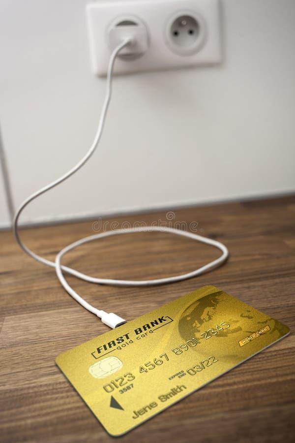 Um cartão de banco do ouro conectado a um soquete de USB imagem de stock royalty free